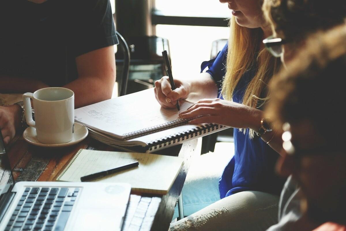 https://pixabay.com/photos/startup-meeting-brainstorming-594090